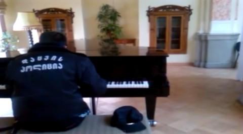 pianist-guard02