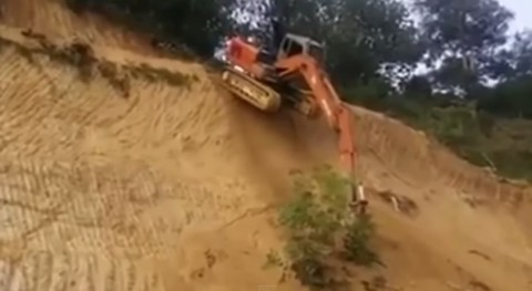 excavator-trying-downhill02
